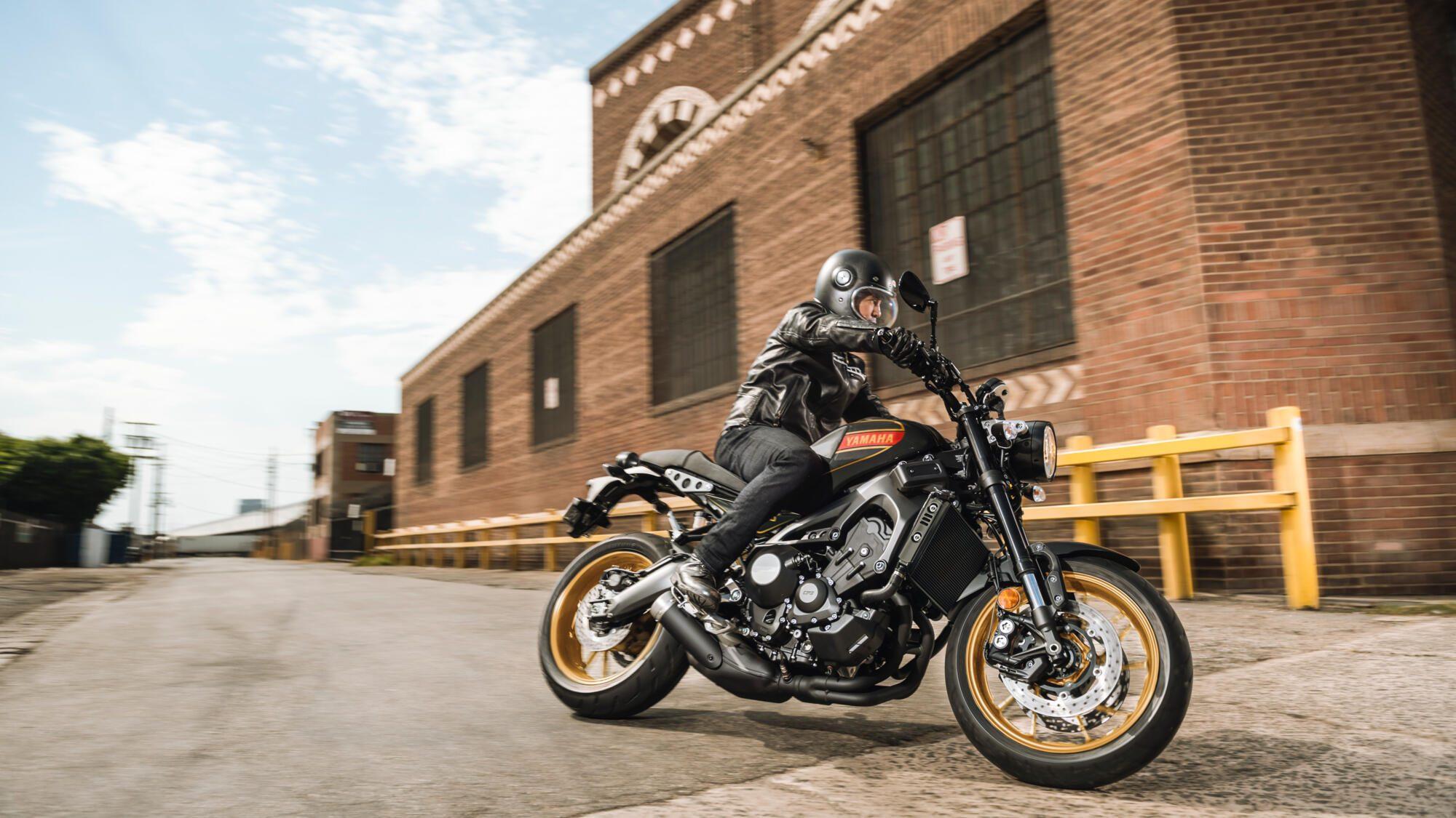 2020-Yamaha-XS850-EU-80_Black-Action-001-03